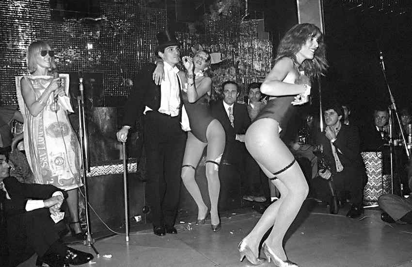Fiesta del dólar. En Regines. Marta Minujin, Javier Luquez, Federico Peralta Ramos, Pata Villanueva. 1979