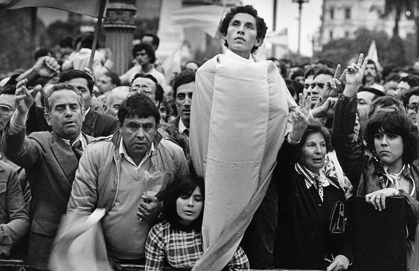 25 de abril de 1982. Manifestantes durante la demostración de la CGT en Plaza de Mayo, el mismo día que el Capitán Astiz rendía las islas Georgias a las tropas inglesas durante la guerra de Malvinas.