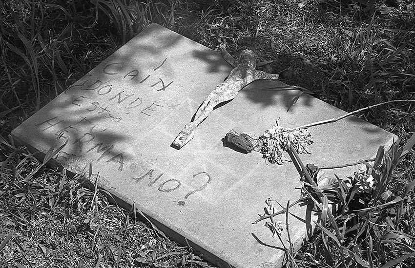 Cementerio de Grand Bourg. 5 de octubre de 1982. El Centro de Estudios Legales y Sociales (CELS), denunció que en ese cementerio del gran Buenos Aires se encontraban entre 300 y 400 cadáveres en tumbas de N.N. donde estaban enterrados desaparecidos.